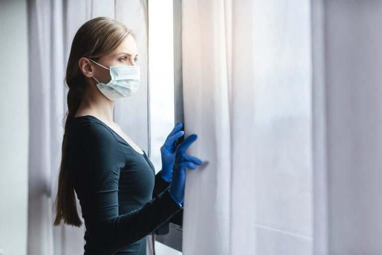 マスクをして屋内にいる女性 ソーシャルディスタンス