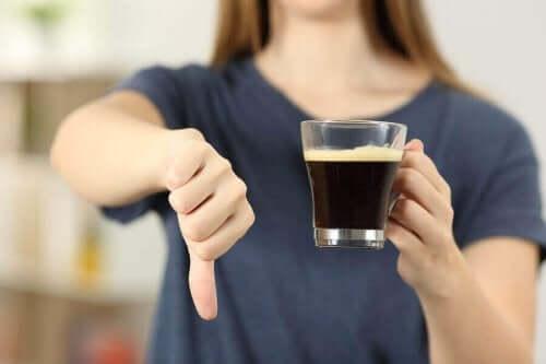 本態性振戦:症状、原因、治療法 コーヒーをやめた女性