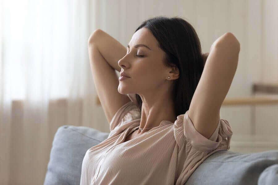 ロックダウン中のリラクゼーションテクニック リラックスしている女性
