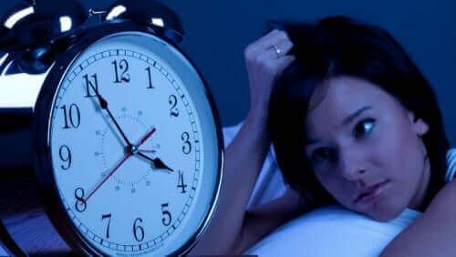 異なる種類の不眠症について知っておくべきすべて 眠れない女性