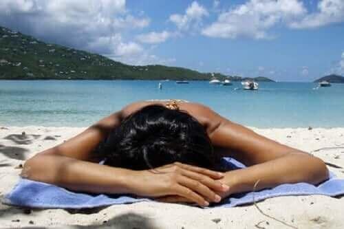 浜辺で寝そべる 熱が体に及ぼす6つの影響