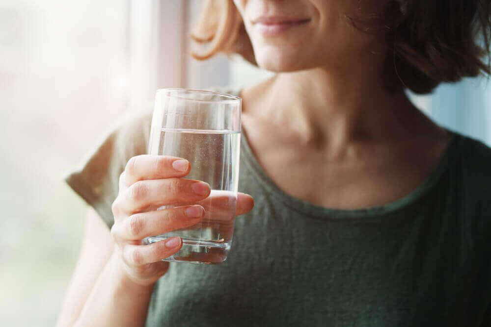 食べ物や飲み物に関する新型コロナウイルスのデマ お湯を飲む