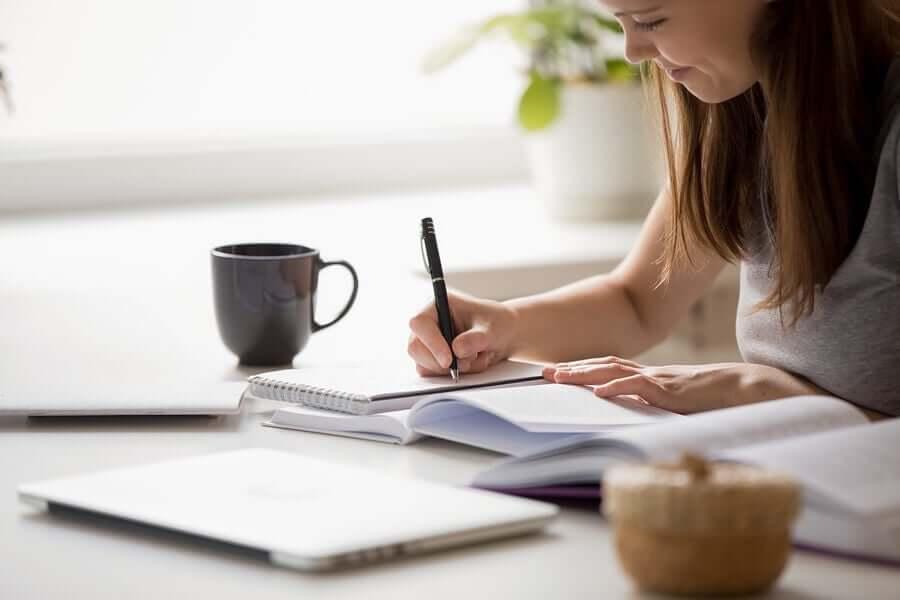 在宅勤務中のエクササイズとルーチンに関するアドバイスン 作業中の女性