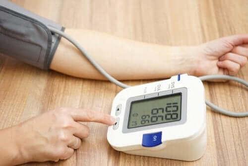 血圧を計る アムロジピン:気をつけるべき点と副作用