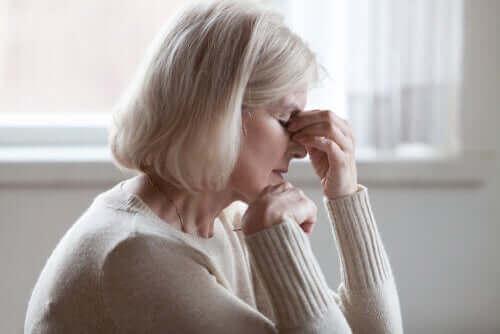 身体化とコロナウイルス:感染していないのに症状があると信じること 疲れている女性