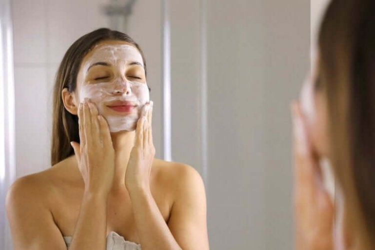フェイシャルマスクをする女性 ロックダウン中に心の健康をケアする