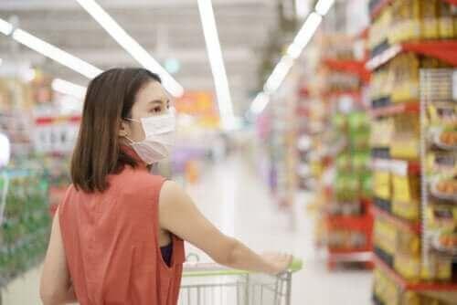 マスクをつけて買い物 ロックダウン中に心の健康をケアする