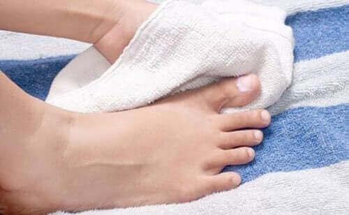 正しく学ぼう!陥入爪の予防と治療法について 足を乾かす人