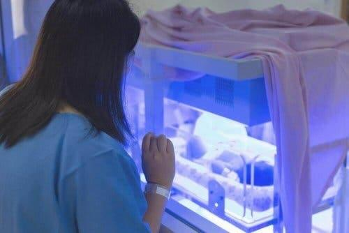 新生児黄疸について知っておくべきこと 赤ちゃんを見ている女性