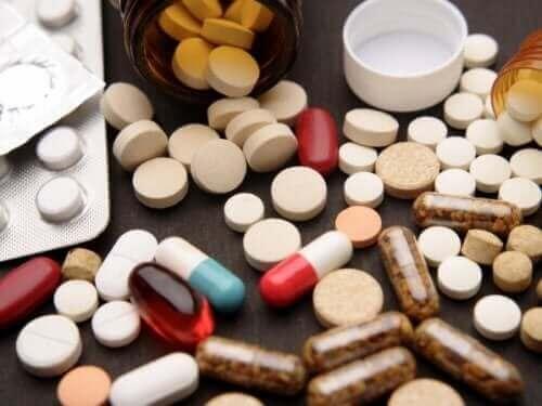 自己投薬と健康へのリスクについて考えよう たくさんの薬