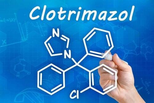 クロトリマゾール カーネステンの使用と副作用