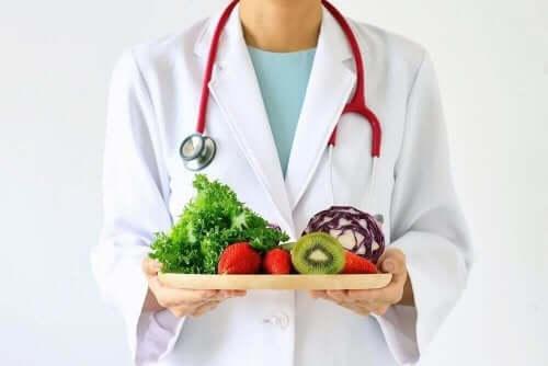 野菜やフルーツを持つ人 グリセミック指数 血糖