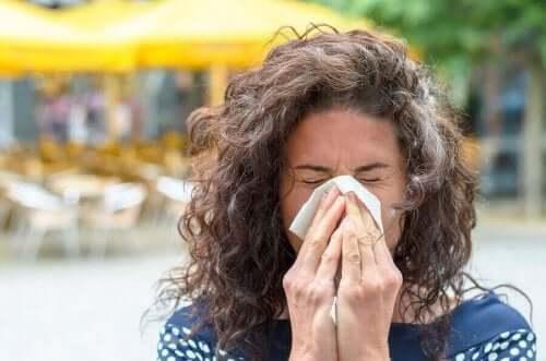 くしゃみをする人 高温の暖房が私たちの健康に及ぼす悪影響