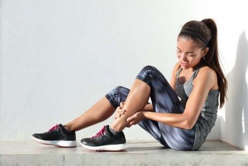 激しい運動が原因で起こる遅発性筋肉痛(DOMS) 痛みを感じている女性