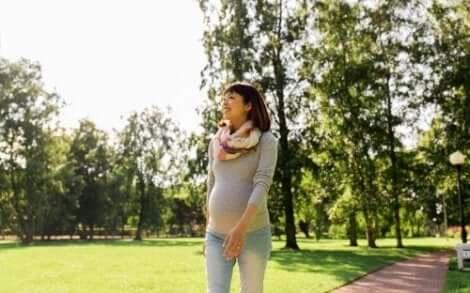 散歩する妊婦 妊娠中にマタニティベルトを使うべき理由