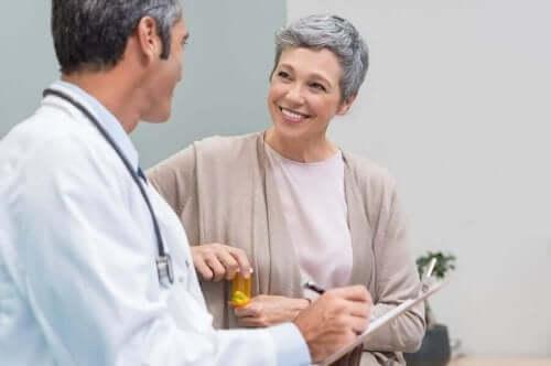 更年期の女性と医師