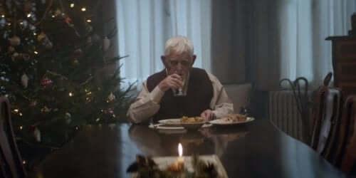 食欲不振の原因 一人で食事する男性