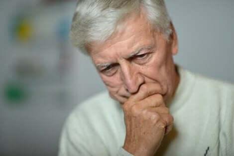食欲不振の原因 悩む老人
