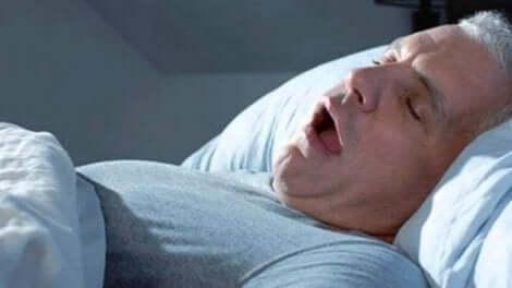 いびきをかいて眠る男性