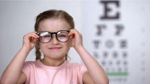 子供の乱視を早期に発見するのに役立つ方法