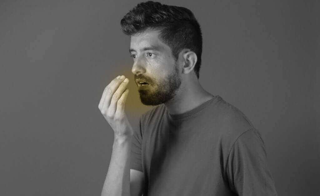 科学的根拠から学ぶカルダモンの利点 口臭を気にする男性
