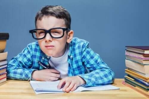 子供の乱視を早期に発見するのに役立つ方法 目を細めて見ている子供