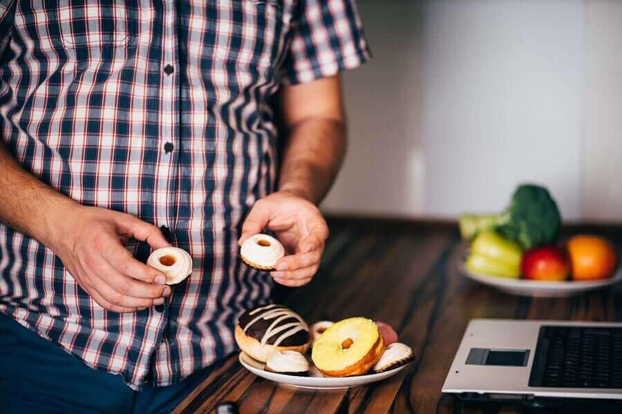 過食の因果関係:原因と健康への悪影響について 過食気味の男性