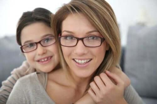 子供の乱視を早期に発見するのに役立つ方法 眼鏡をかける母と娘