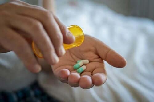 カプセル錠剤を服用する 抗生物質は尿路感染症にどう作用するのか