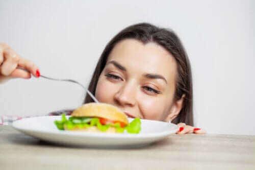 過食の因果関係:原因と健康への悪影響について