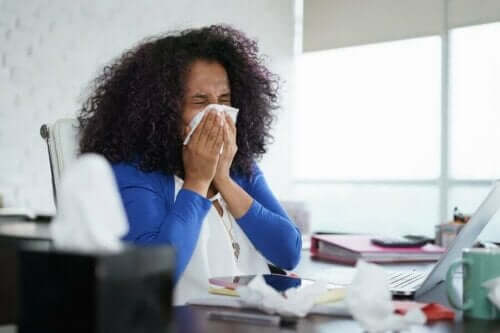 冬になるとインフルエンザの流行が広がる理由 体調の悪い女性