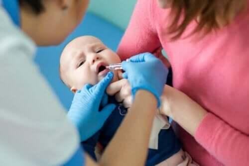 ポリオの種類について知っておくべきこと 予防接種を受ける赤ちゃん