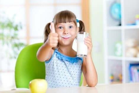 牛乳を飲む子供 どっちがいい? 全脂肪VS低脂肪の乳製品