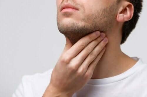 声帯の腫れ:原因、症状、治療法 喉の痛み