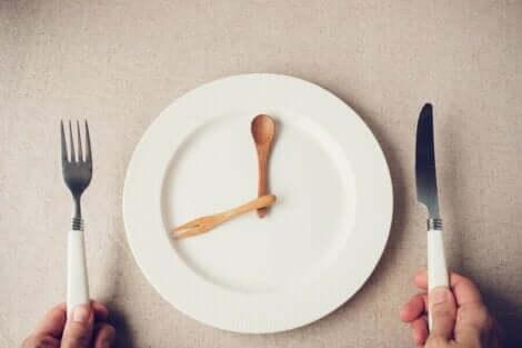 時計 早い時間に食べる夕食はダイエットと糖尿病予防に効果的