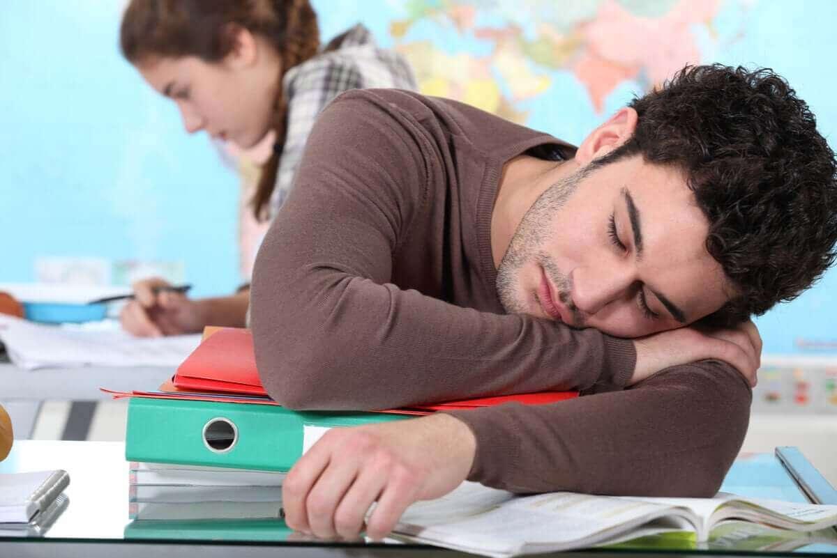 ナルコレプシーのさまざまな症状とその程度について 勉強中の居眠り