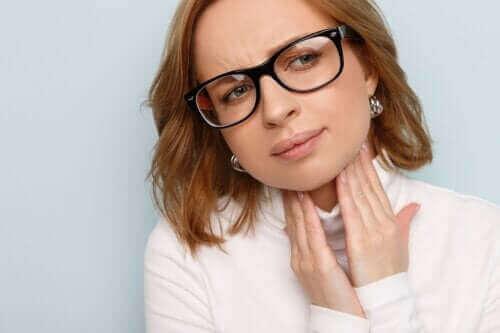 声帯の腫れ:原因、症状、治療法