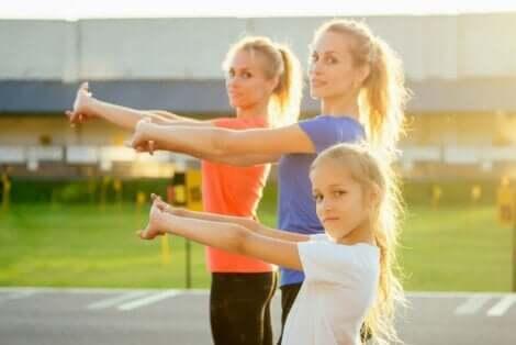 子供向けクロスフィットの利点 運動する大人と子供
