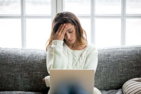 パソコンの前で悩む人 ストレスが心臓に及ぼす影響