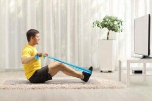 背中を鍛えて強化するレジスタンスバンドエクササイズ