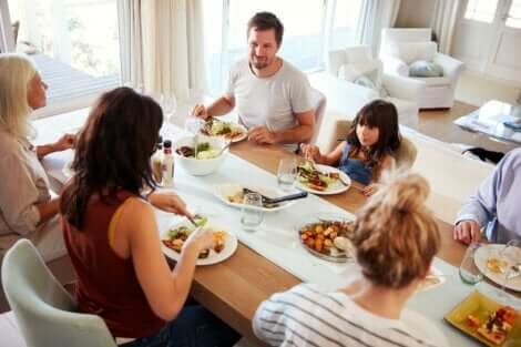 家族揃っての食事 早い時間に食べる夕食はダイエットと糖尿病予防に効果的