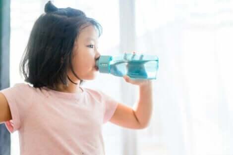 水を飲むこども 水分と電解質のバランスとは?