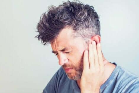 航空性中耳炎とは? 耳に痛みを感じる人