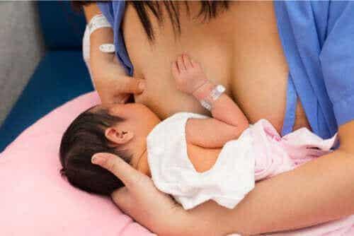 産後の赤ちゃんとのスキンシップは必須です