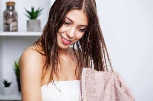【ヘアケア】ベタつく髪のケア方法