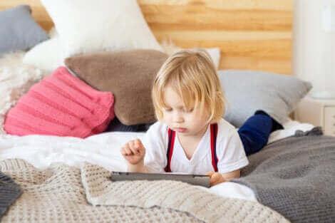 過度のスクリーンタイムが子供に与える影響について タブレットで遊ぶ子供