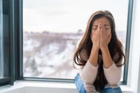 キャビン・フィーバー:なぜ起こるの? 辛い症状に悩む女性