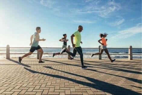 海辺を走る人たち ジョギングとランニングの違い