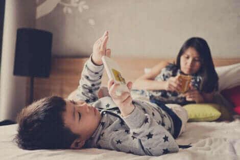過度のスクリーンタイムが子供に与える影響について スマホで遊ぶ子供たち