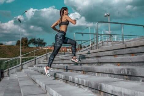 階段を走り上る人 ジョギングとランニングの違い